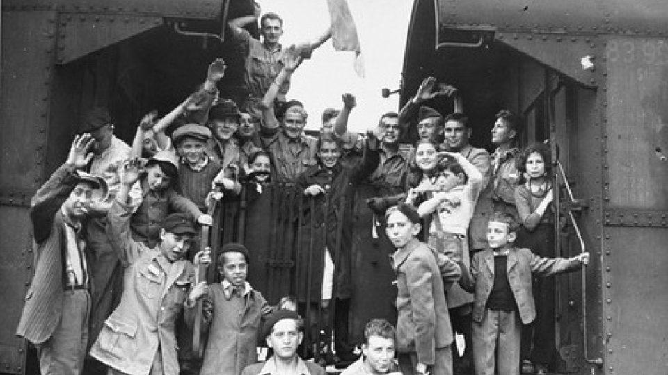 Děti z Buchenwaldu před odjezdem z osvobozeného tábora