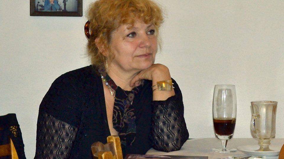 Manželka Jaroslava Krčka pozorně poslouchá