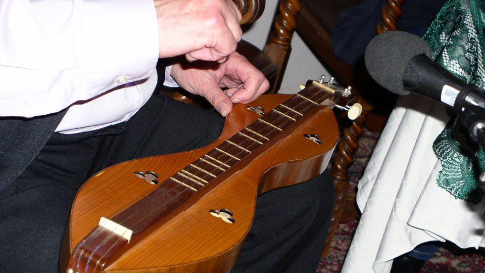 Jaroslav Krček a dulcimer v detailu
