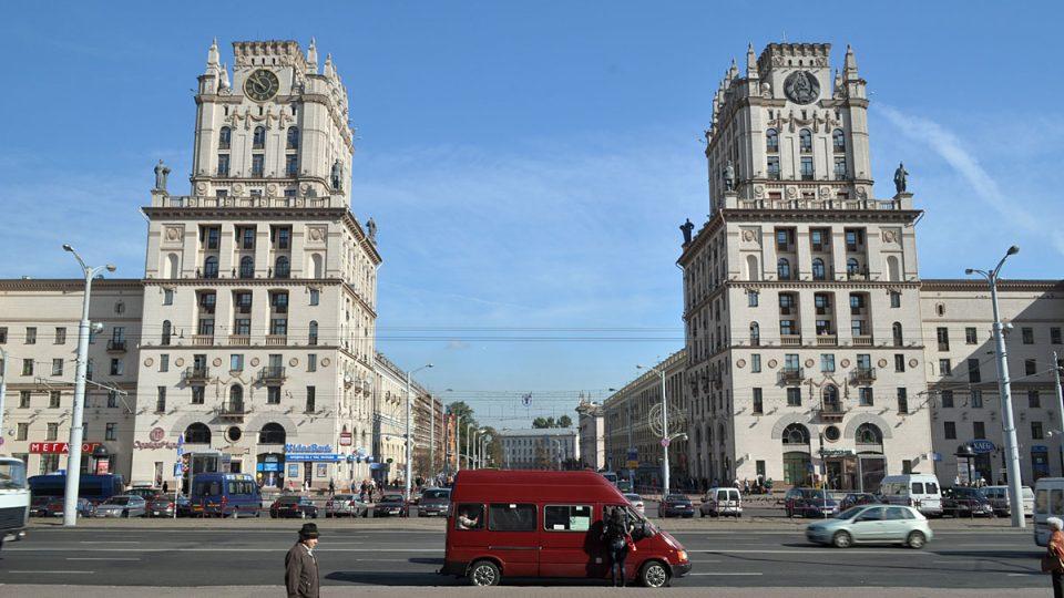 Minsk a věže u vstupu do Kirovovy třídy před nádražím
