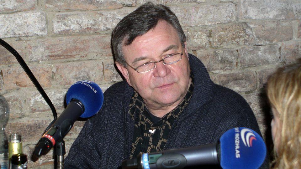 Diskuzním pořadem pravidelně provází známý herec Václav Postránecký
