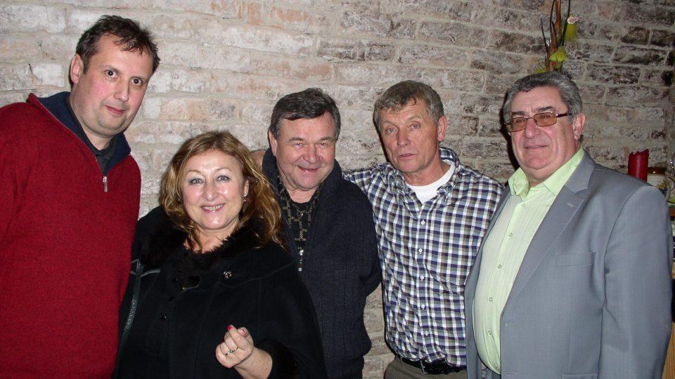 Vlevo vinař Radek Prokeš a zbytek účastníků talk-show ve sklípku
