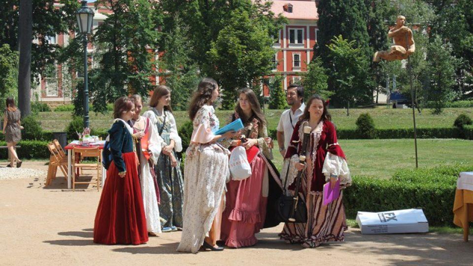 Historický piknik v zámecké zahradě začíná