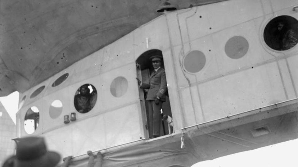 Umberto Nobile v kabině vzducholodi Italia ve Stolpu, rok 1928