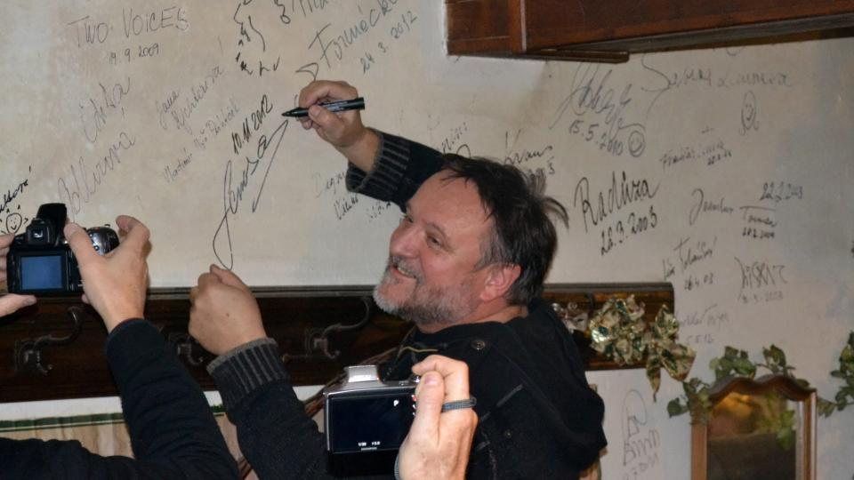 Jak bývá zvykem, i Jaroslav Samson Lenk se podepsal na zeď Nostalgického muzea