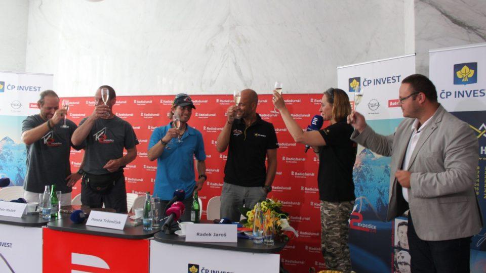 Všichni přítomní členové úspěšné expedice na K2 si na závěr tiskové konference spolu s náměstkem generálního ředitele René Zaoralem připili šampaňským