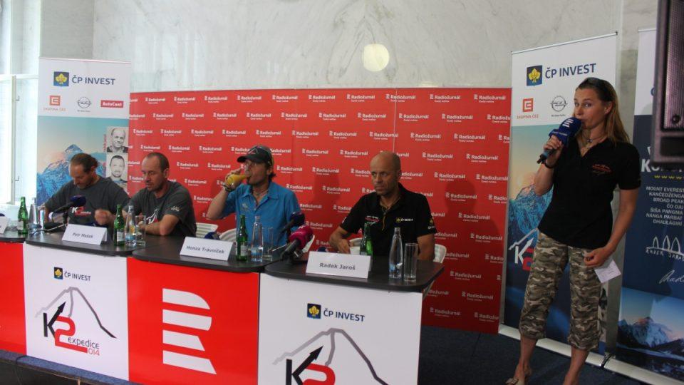 Členové výpravy na K2 na tiskové konferenci