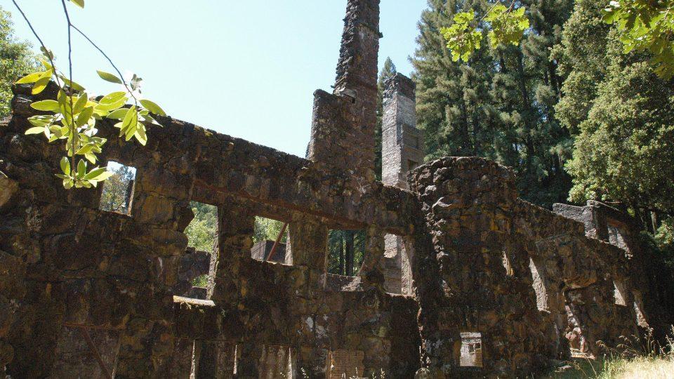 Ruiny Vlčího domu v Jack London State Historic Park v Kalifornii