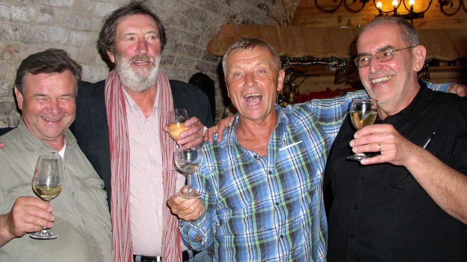 Hlavní účastníci večera moderátor Václav Postránecký a hosté Ivo Šmoldas a Bolek Polívka u sklenky vína