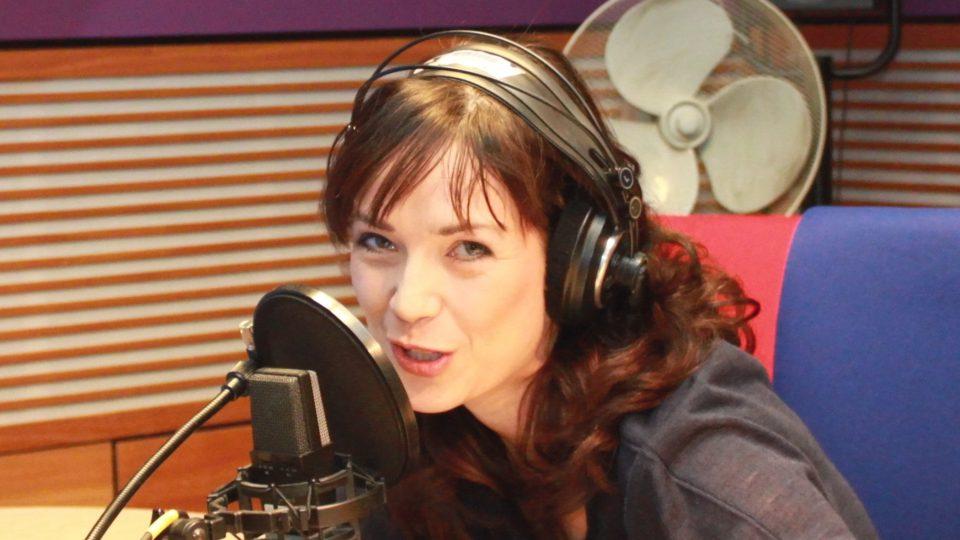 Tereza Kostková ve studiu Dvojky během jejího prvního vysílání pořadu Dvanáct ve dvanáct