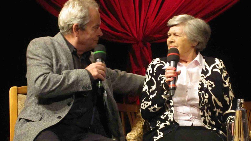 Alexandr Hemala glosuje vzpomínky úplně první televizní hlasatelky Jarmily Šusterové – Horčičkové
