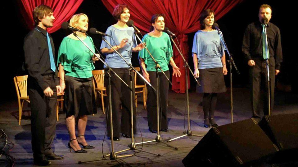 O hudební doprovod se postarala vokální skupina Singtet pod vedením Slávka Vrby