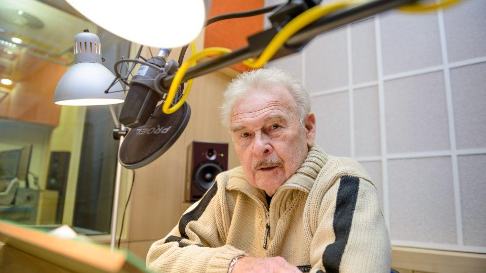 Luděk Munzar ve studiu při natáčení pořadu Okouzlení slovem