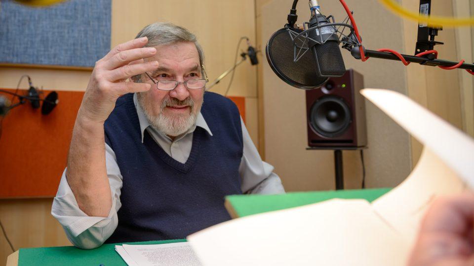 František Novotný ve studiu při natáčení pořadu Okouzlení slovem