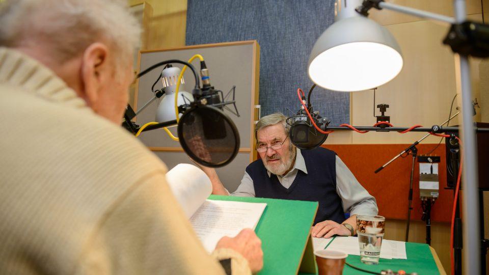 František Novotný a Luděk Munzar ve studiu při natáčení pořadu Okouzlení slovem