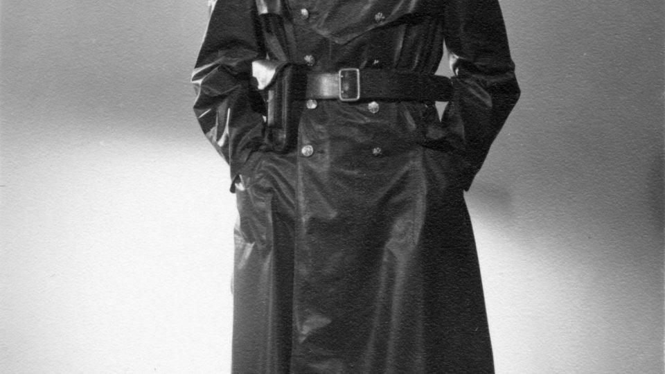 Příslušník protektorátního četnictva v nepromokavém plášti (1944)