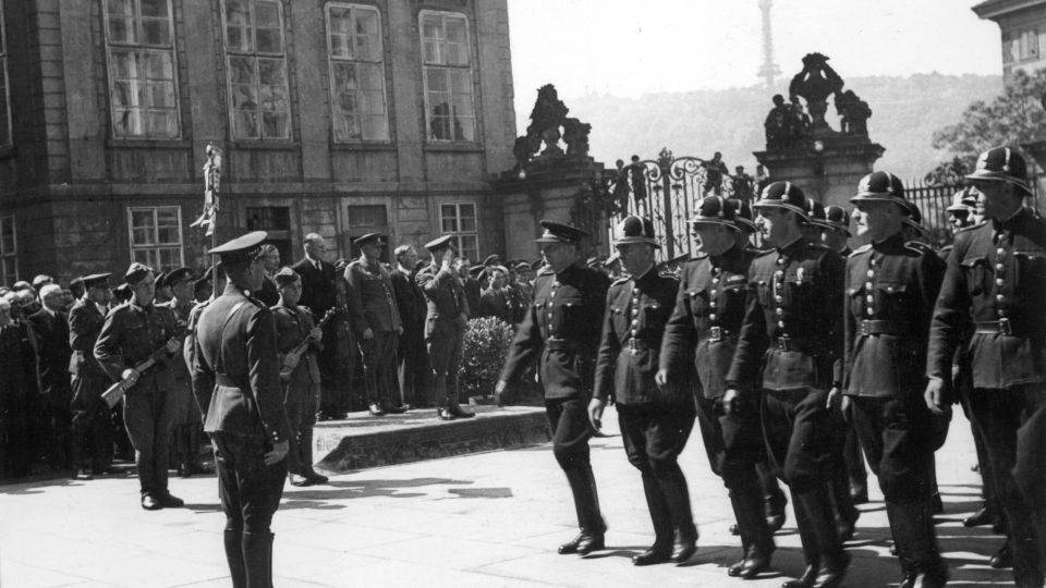 Policisté v protektorátních stejnokrojích - přehlídka na Hradě 13. 6. 1945