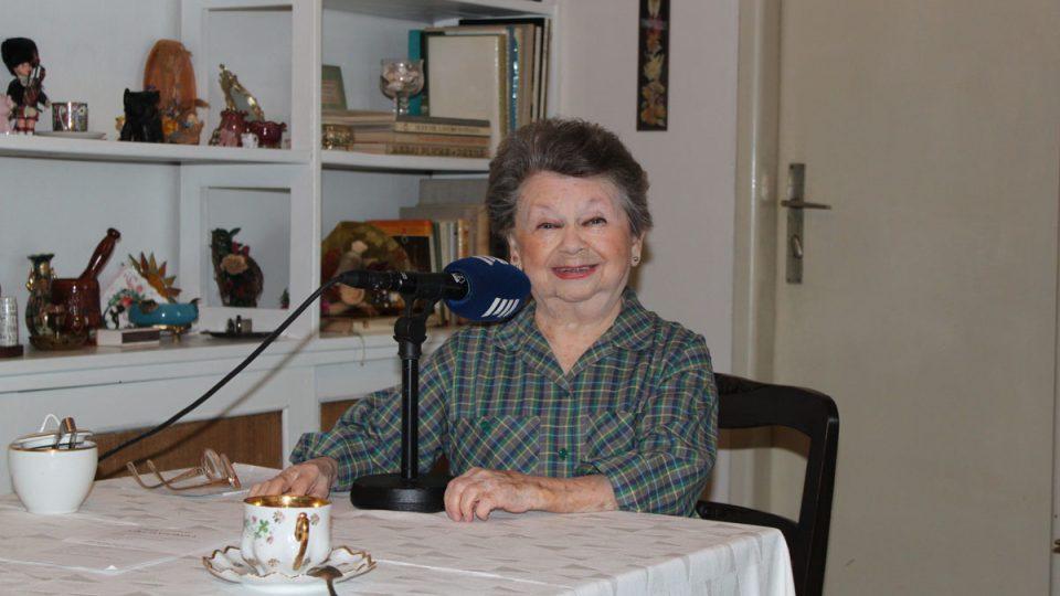 Aťka Janoušková se ve svém útulném bytě cítí spokojená