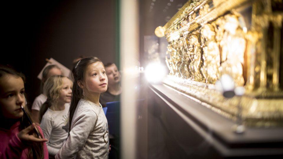 Dětští návštěvníci u relikviáře sv. Maura