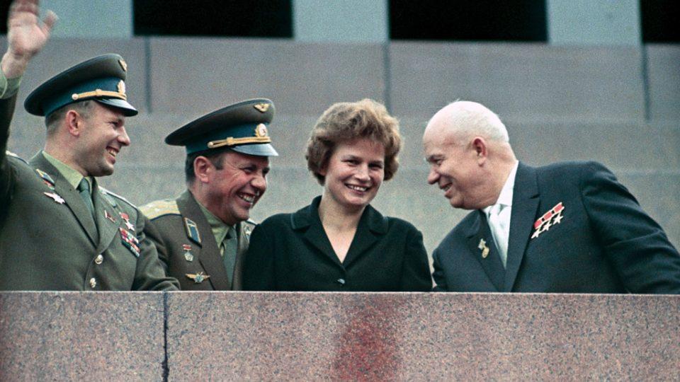 Jurij Gagarin, Pavel Popovič, Valentina Těreškovová a Nikita Chruščov před Leninovým mauzoleem