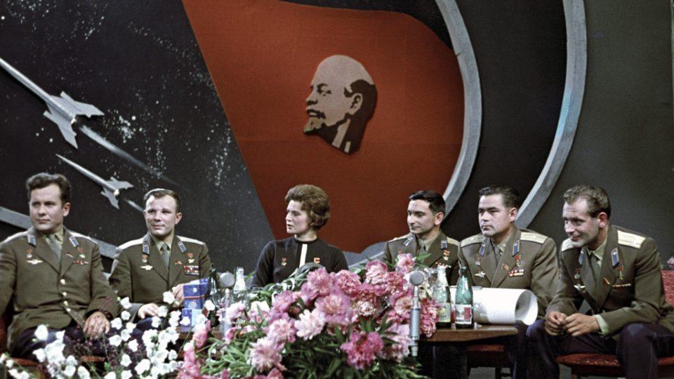 Sovětští kosmonauti v televizním studiu