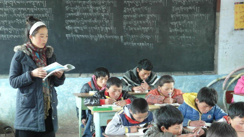 Děti v exilové škole Tibetian Homes Foundation se učí číst i psát v rodném jazyce, což by v Tibetu nemohly