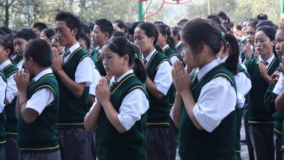 Děti ve vesničce Tibetian Homes Foundation se modlí za to, že se situace v Tibetu brzy změní