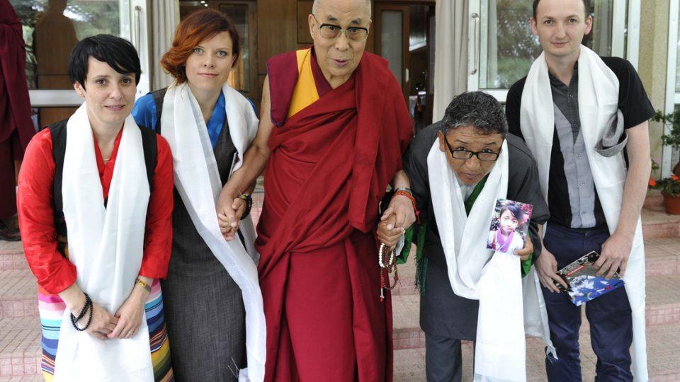 Jana Neboráková (druhá zleva), ředitelka o.p.s. MOST, se setkala s dalajlámou