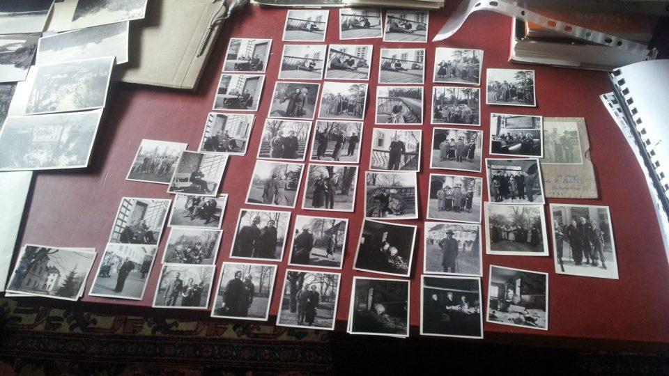 Mezi fotografiemi Karla Čapka jsou portréty, žánrové obrázky a zátiší