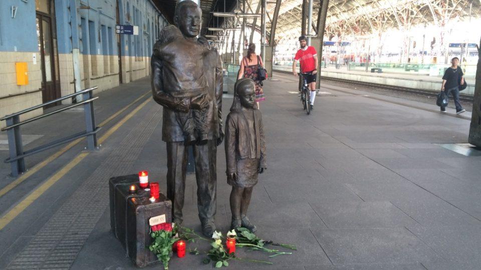 K Wintonovu sousoší na pražské hlavní nádraží, které bylo odhaleno 1. září 2009, přinášejí lidé květiny a zapalují svíčky