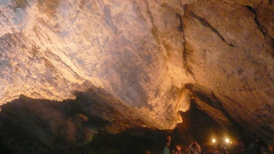 Návštěvníci obdivují aragonitové krystaly na Oponě v Jurikově dómu
