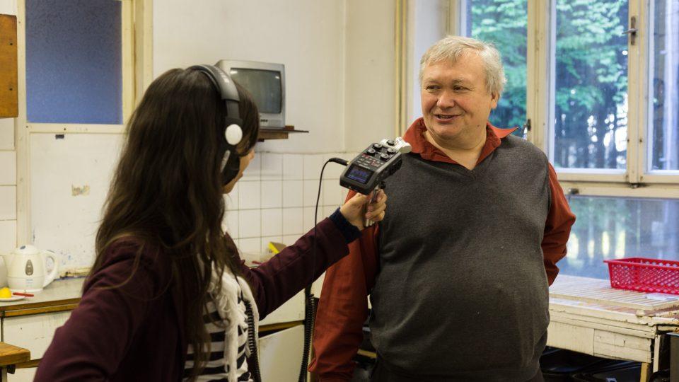 Autorka dokumentu V zajetí filmu Tereza Reková při rozhovoru s Vítězslavem Tichým