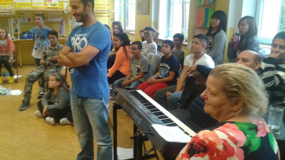 Co stojí integrace? Dokument o Janu Duždovi a Otovi Burdovi, asistentech romského dětského pěveckého sboru Idy Kelarové