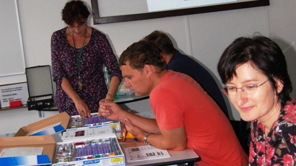 S pedagogy středních škol na semináři, kde vyučuje, jak zpestřit výuku fyziky a chemie. Archiv K. Stejskalové..jpg