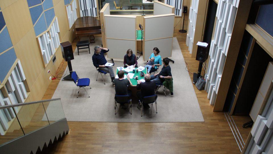 Natáčení s herci a režisérem v rozhlasovém studiu