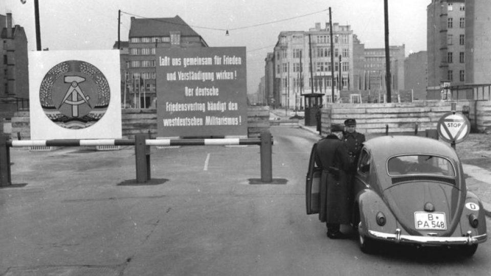 Hranice mezi dvěma Německy na ulici Friedrichstraße v Berlíně