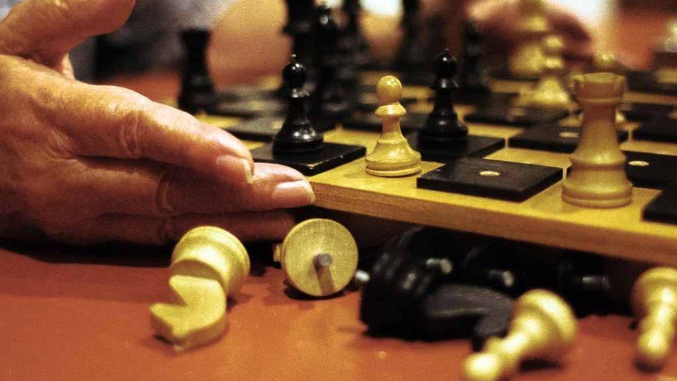 Šachovnice je uzpůsobená vyvýšenými černými poli