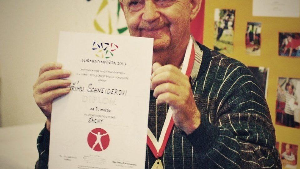 Hluchoslepý Jiří Schneider pravidelně vyhrává šachové turnaje na Lormolympiádě