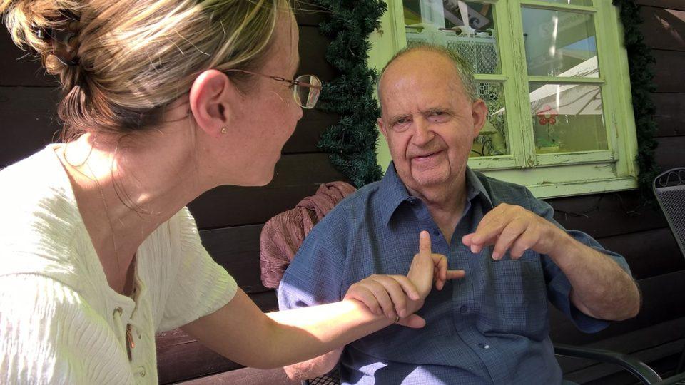 Komunikace je možná skrze taktilní znakový jazyk nebo latinkou do dlaně
