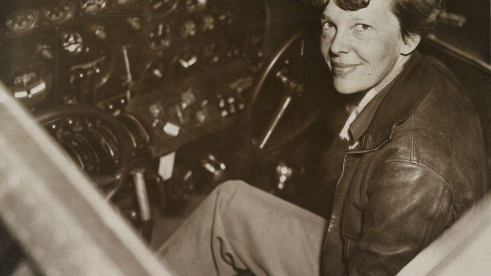 Amelia Earhartová v kokpitu svého letadla v roce 1937 před osudnou tragédií