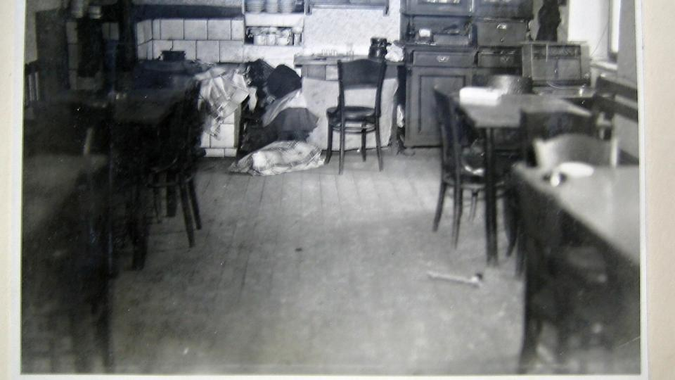 Místo činu po vraždě (vzadu tělo zavražděné, vpředu palička)