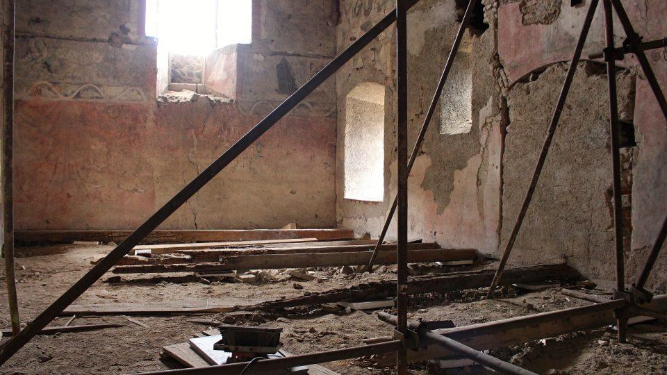 Současný stav místa nálezu (kaple hradu a zámku Bečov nad Teplou) relikviáře sv. Maura - interiér