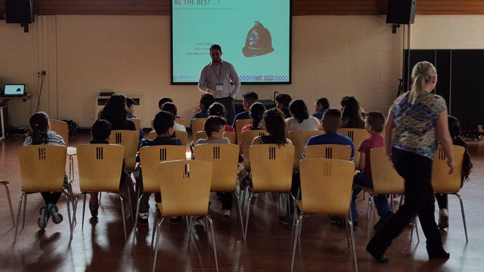 Jedna z mnoha diskuzí s romskými dětmi na základních školách. Chci je motivovat k lepšímu životu, že mohou něčeho dosáhnout, říká Petr Torák