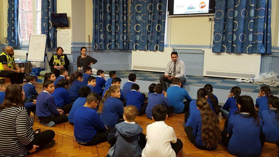 Na besedě s romskými dětimi v britské škole