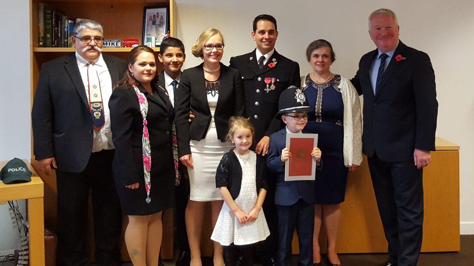 Petr Torák s rodinou a ministrem vnitra Mikem Penningem (vpravo) 29. 10. 2015 bezprostředně po udělení Řádu britského impéria