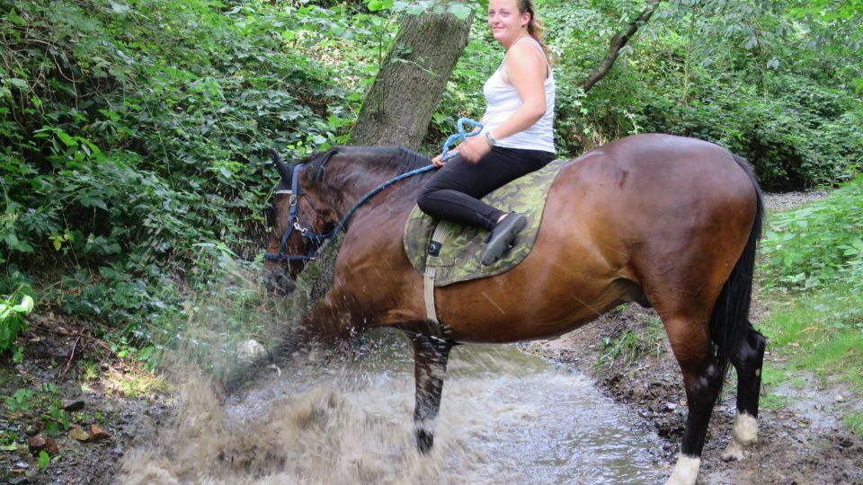 Petra s koněm Lakym při letním osvěžení v potoce