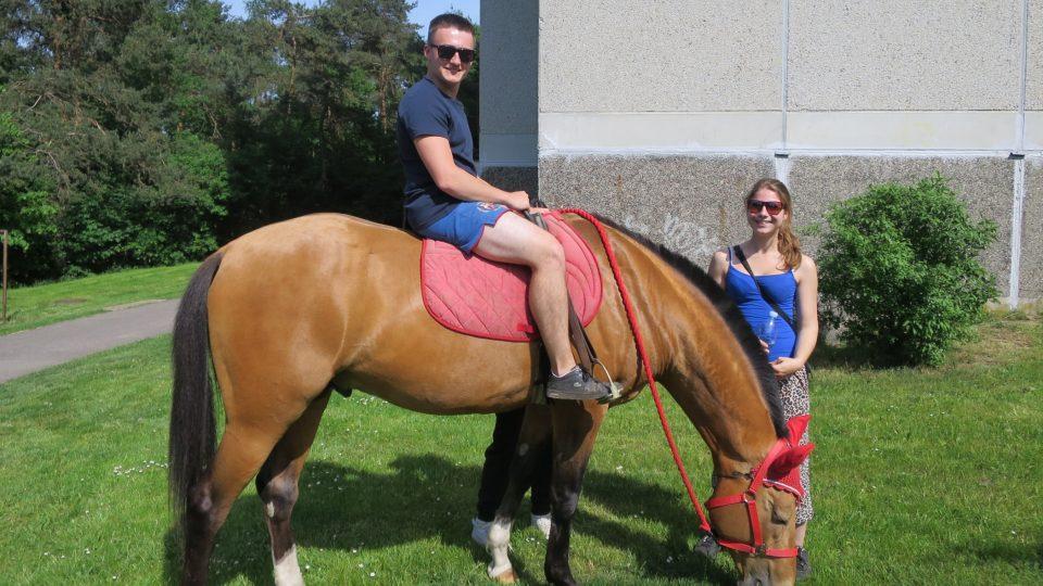 Erika se svým přítelem na procházce s koňmi po sídlišti Na Beránku