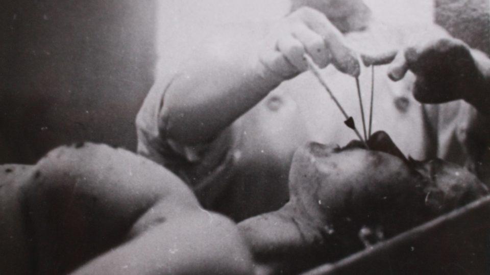 Takto prolétly kulky hlavou oběti (zastřelená Marie Dvořáčková)
