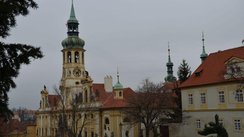 Loreta na pražských Hradčanech s unikátní zvonohrou v hodinové věži