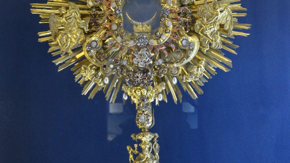 Prstenová monstrance vytvořená koláží ze šperků, darovaných šlechtičnami